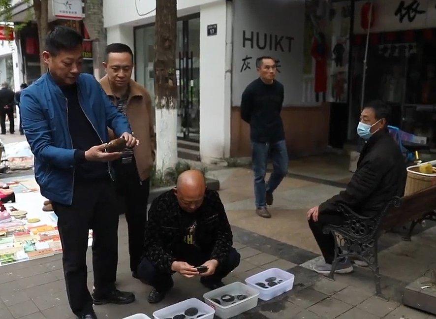 Dân làng đi nhặt đá cuối tại các con suối bán kiếm hằng triệu USD. Một ngôi làng nhỏ bên bờ Dương Tử, Tứ Xuyên thu về hàng triệu USD nhờ bán đá nhặt dưới sông.