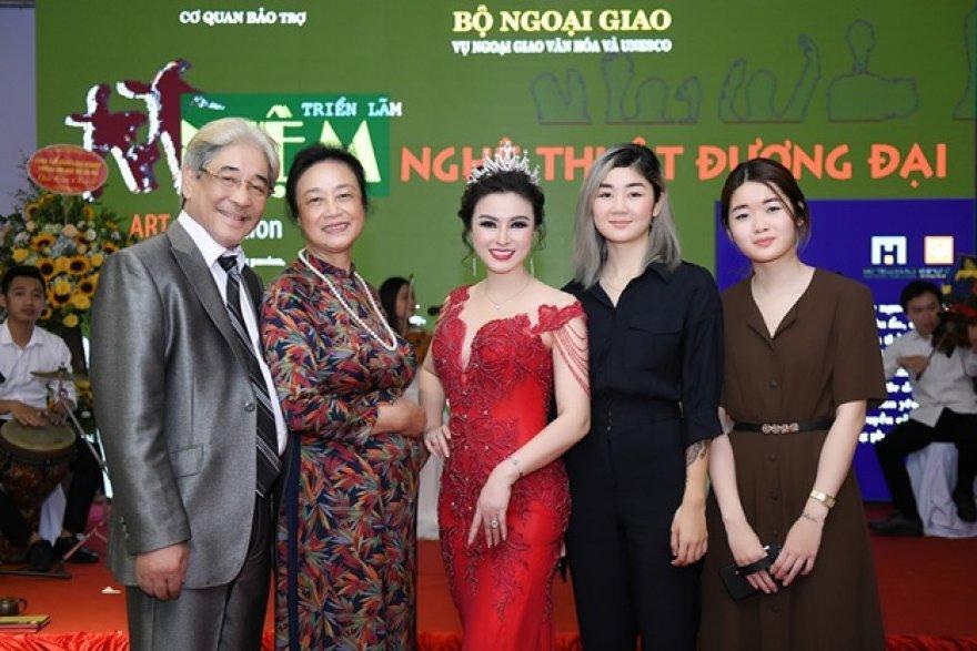 Đá quý: Hoa hậu Nguyễn Thị Diệu Thúy nhận vương miện đá quý